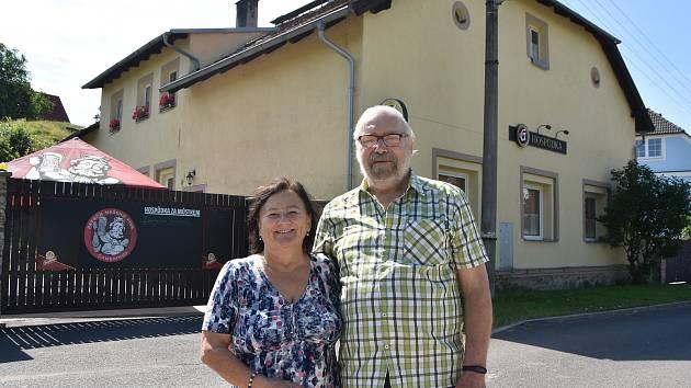 Jaroslava a Zdeněk Kejzlarovi před rodinnou hospůdkou.