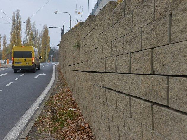Zeď u chomutovského Kauflandu se bortí, opravy omezí dopravu na rok