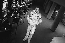 V herně ukradl peněženku s dvaceti tisíci. Poznáváte ho?