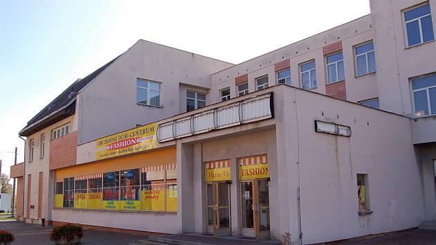 Budova bývalého obchodu Meinl. Nyní jsou v něm vietnamští prodejci.