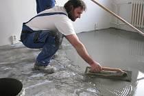 V bytech v nejvyšších patrech se nyní srovnávají podlahy, aby se dalo nově položit lino, plovoučky nebo dlaždice.