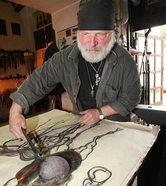 KŮŇ. Umělecký kovář Karel Meloun pomalu skládá z tepaného antikora basreliéf koně, který bude základem výjevu na vývěsním štítě.