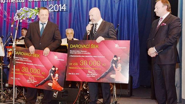 ŠEKY na pódiu převzali Jiří Kroh (vlevo) a Jiří Mrázek (vpravo). Úplně vpravo primátor Jan Mareš.