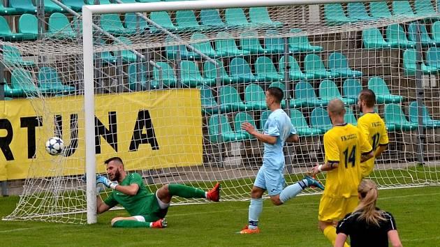 Fotbalisté Chomutova (modří) ve 25. kole Divize skupiny B dát gól Neratovicím nedokázali. Na snímku je jedna z jejich útočných akcí.