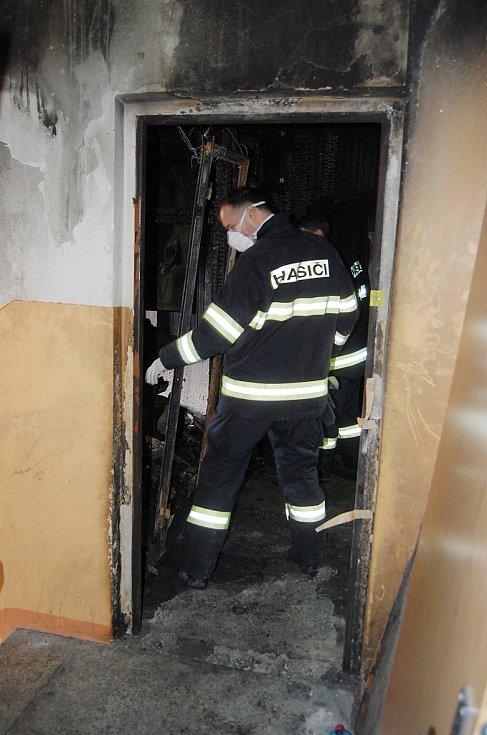 V bytě, kde hořelo, stále pracují vyšetřovatelé z řad policie i odborníků hasičského záchranného sboru.