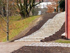 Ke kláštereckému zámku vede nové kamenné schodiště