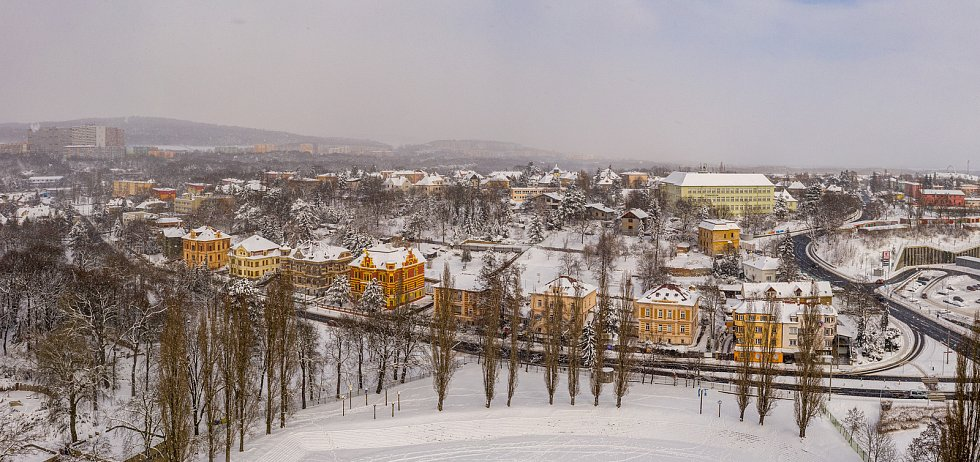 Pohled na bývalé lázeňské vily nebo státní gymnázium v Chomutově uprostřed letošní krásné bílé zimy. (15.2.2021)