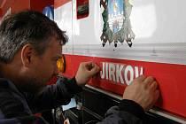 Velitel výjezdové jednotky jirkovských dobrovolných hasičů Pavel Kolář zdobí nový přírůstek vozového parku. Tatru si hasiči sami opravili v loňském roce, kdy oslavili 140. výročí svého založení.