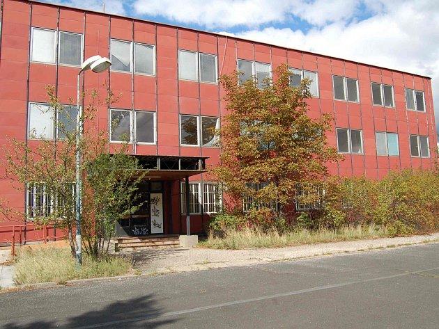 OBJEKT KORD 2 stojí v areálu za nemocnicí na kraji Chomutova. Areál je hodně zpustlý, zatím ale veřejně přístupný, objekt je zamčený a podle samolepek na dveřích hlídaný bezpečností agenturou.