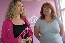 Trenérka Petra Kohoutová (vlevo) s paní Romanou při prohlídce centra Contours fitness pro ženy.