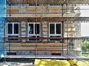 Škola na náměstí v Kovářské přišla o historizující prolisy. Zahladili je stavebníci, údajně se svolením starosty.