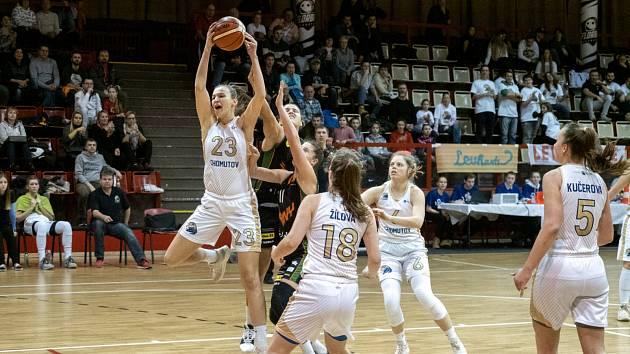 Chomutovské basketbalistky (v bílém) v souboji se Žabinami Brno.