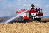 Požár pole s obilím zaměstnal hasiče i zemědělce při jeho likvidaci v blízkosti obce Lažany u Chomutova.