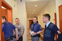 Policejní eskorta přivádí do soudní síně obžalovaného Martina Lecza. U soudu vypovídal také napadený Zdeněk Týr, který je momentálně ve výkonu trestu.