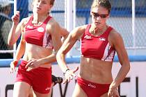 Lucie Weitzová (vpravo) z VTŽ Chomutov je letos nejlepší sprinterkou Ústeckého kraje, na juniorském mistrovství republiky byla ve finále stovky i dvoustovky.