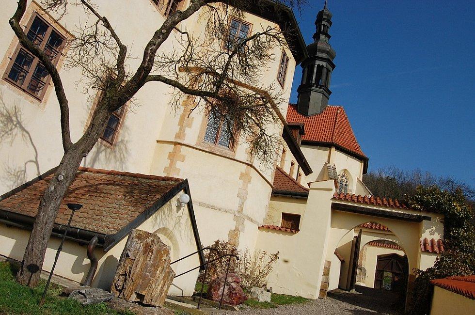 Františkánský klášter v Kadani a kostel Čtrnácti svatých Pomocníků.