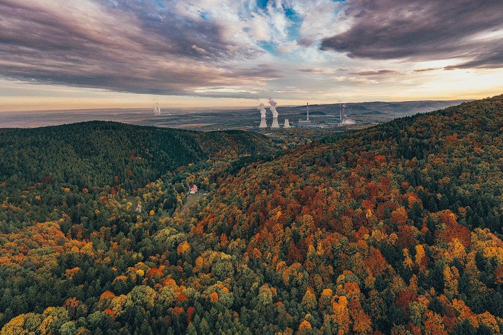 Barvy podzimního listí nádherně zbarvily krajinu Krušných hor i v okolí hradu Hasištejn. Pohled z hradu Hasištejn na elektrárny Prunéřov a v pozadí pak Tušimice.