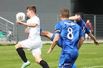 Jan Polcar zpracovává míč, Stejskal mu brání všemi možnými způsoby.