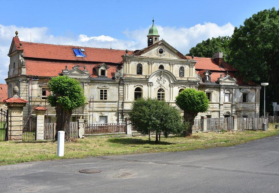 Zámek v Polákách zvelebuje nový majitel.