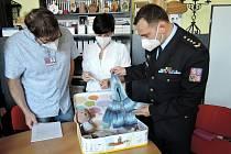 Ve středu 3. června převzala spoluzakladatelka Nadačního fondu LA VIDA LOCA hračky pro projekt Život v kufříku, vyrobené ve školském vzdělávacím středisku Věznice Všehrdy.