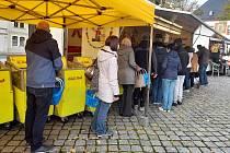 Lidé nejen z Chomutovska jezdí na trh a za nákupy do Marienbergu.