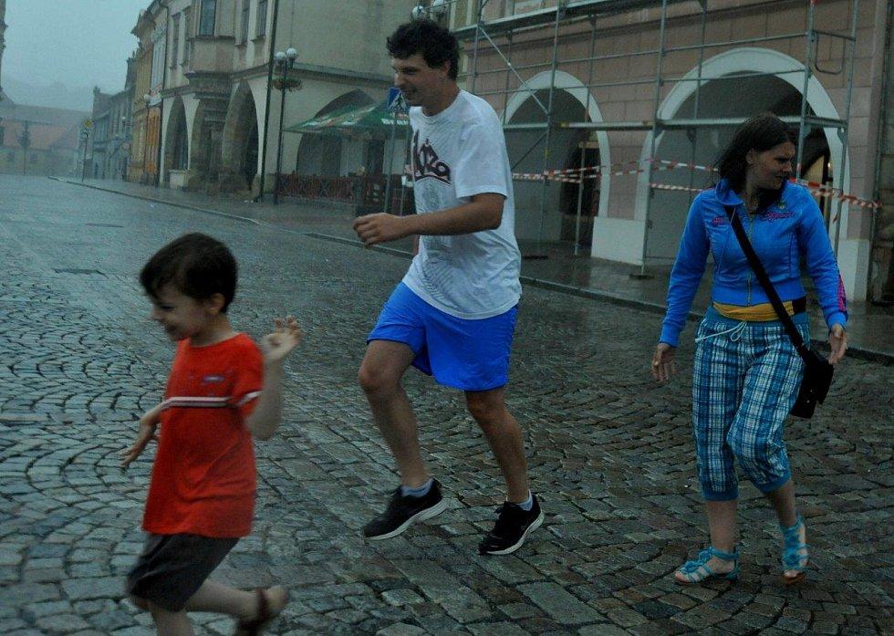 Rodina na kadaňském náměstí se rychle běžela schovat.