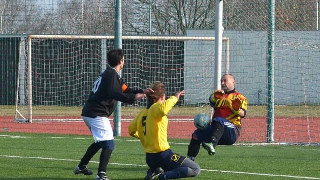 Velkou oporou byl černovickému týmu (žluté dresy), gólman Petr Novotný na snímku. Dokázal brilantně vyřešit řadu nebezpečných gólových situací.