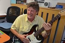 """""""Tak tenhle skvělý  nástroj  bych uměl tak akorát rozladit,"""" směje se klávesák Bohdan Kolda když při focení nevěděl  co s rukama a dostal do ruky  kytaru proslulé značky."""