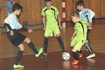 Na snímku ZŠ Na Příkopech Chomutov (modří), v zápase proti ZŠ Školní Chomutov.