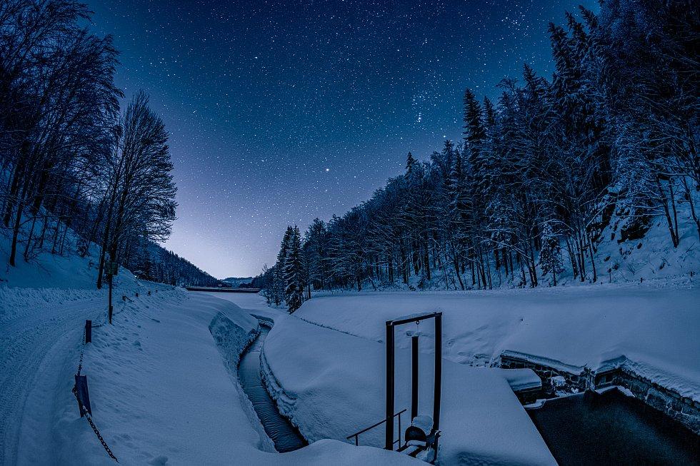 Vodní dílo Kamenička nedaleko Chomutova jako sněhová pohádka. (13.2.2021)