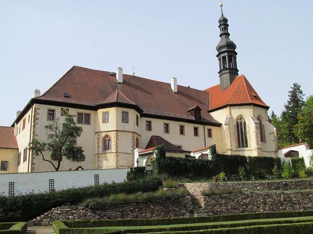 POUTNÍ KOSTEL Zvěstování Panny Marie a Čtrnácti svatých pomocníků je nedílnou součástí Františkánského kláštera.