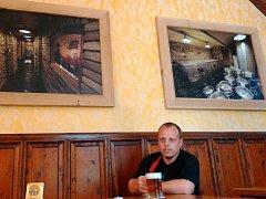 Pavel Krýsl (předseda představenstva pivovaru) si v restauraci Zlatý Kaštan v Blatenské ulici dopřává zlatavý mok.