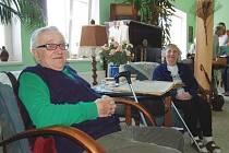 Zdeněk Brabenec a jeho přítelkyně Libuše Hedejová v koutku rádi odpočívají.