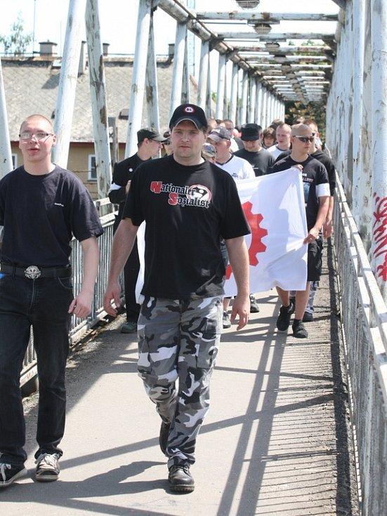 Nacionalisté na lávce přes železniční trať u hlavního nádraží.