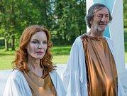 HVĚZDY HOLLYWOODU S ČESKÝMI HERCI. Vedle Marcii Cross, známé jako Bree z komediálního seriálu Zoufalé manželky, si zahraje charismatický Bolek Polívka. Oba mohli návštěvníci vidět při natáčení na zámku Červený hrádek.