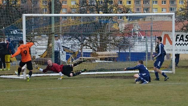 Gólman AFK LoKo Chomutov Radek Kubík se marně natahuje po míči, ten končí za jeho zády v síti. Ervěnice (v oranžovém), zvyšují na 2:0.