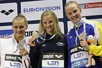 Simona Baumrtová na nejvyšším stupni po disciplíně 50 m znak, vlevo druhá Aleksandra Urbanczyk (POL), vpravo třetí Michelle Coleman (SWE).