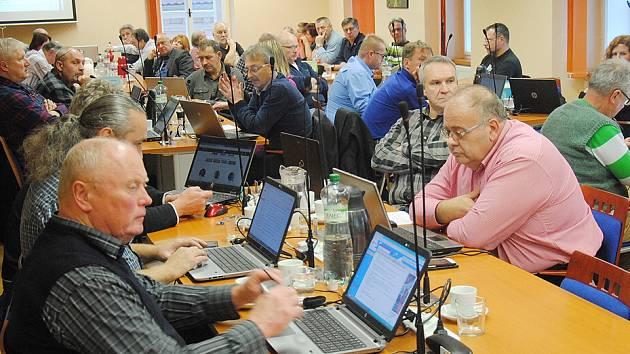 Jirkovští zastupitelé při zasedání.