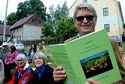 Gerald Bretfeld s českým vydáním své knihy Ztracená vlast.