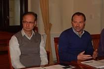 Radní vrací úder. Pod dokument se podepsalo všech jedenáct radních, devět jich dokonce přišlo i na tiskovou konferenci. Na snímku primátor Jan Mareš (vpravo) a jeho náměstek Jan Řehák.