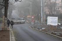 Křižovatka ve směru od vlakové zastávky do centra Chomutova je nově průjezdná. I když částečně.