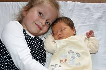 Eliška Vasilenková spinká vedle své sestřičky Gábinky. Malá se narodila Gabriele Vasilenkové 30. března 2014 ve 14. 20 v kadaňské porodnici, vážila 3740 gramů a měřila 52 centimetrů.