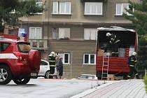 Hasiči likvidují únik kyseliny chlorovodíkové ze skleněné lahve. Vypadla z nákladního vozu po policejní razii.