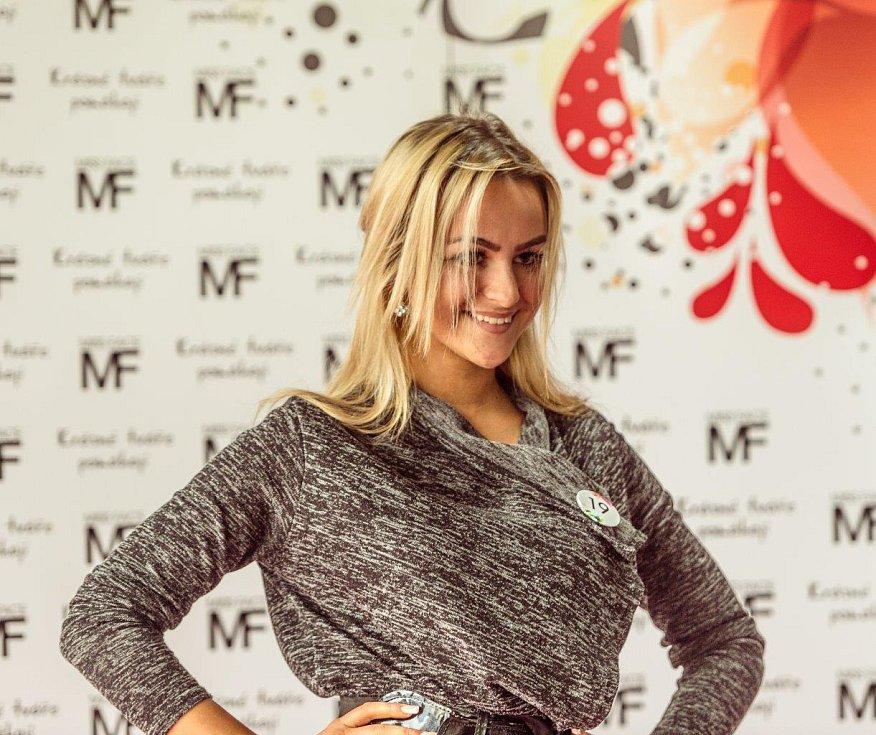 Jedna z účastnic castingu Miss Face, který se konal v pátek odpoledne v obchodním centru Chomutovka.