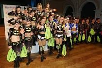 Sedmičlenná formace z chomutovské taneční školy Beethoven DC (na stupních vítězů uprostřed) vytancovala na olympiádě pro Ústecký kraj zlatou medaili.