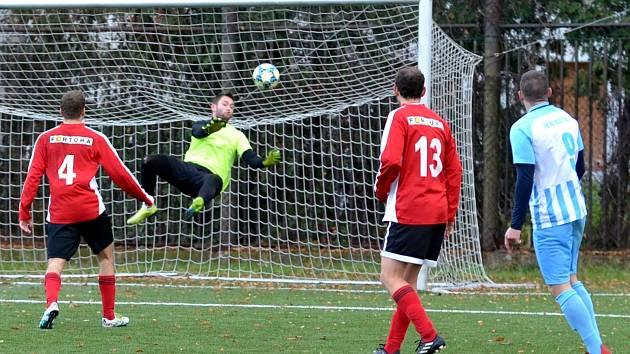 Na snímku domácí gólman Miloslav Zajíc likviduje jednu z šancí Klášterce (modří).