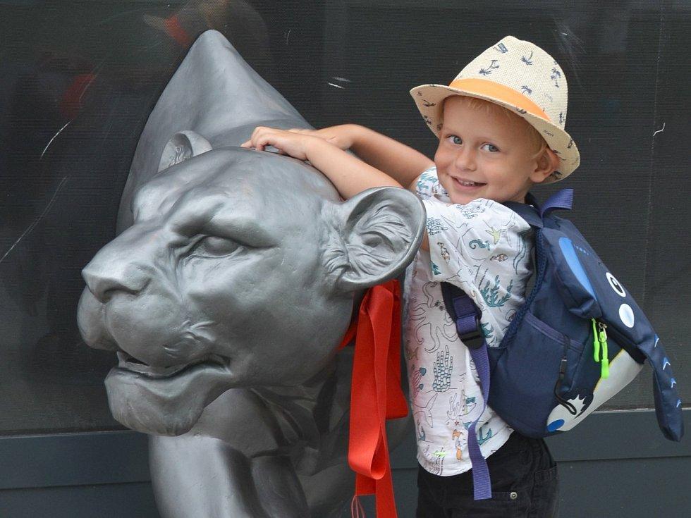 Na sepětí Jirkova se slavnou cirkusovou rodinou Kludských ukazuje lvice, která prochází stěnou. Pro děti je velkým lákadlem.