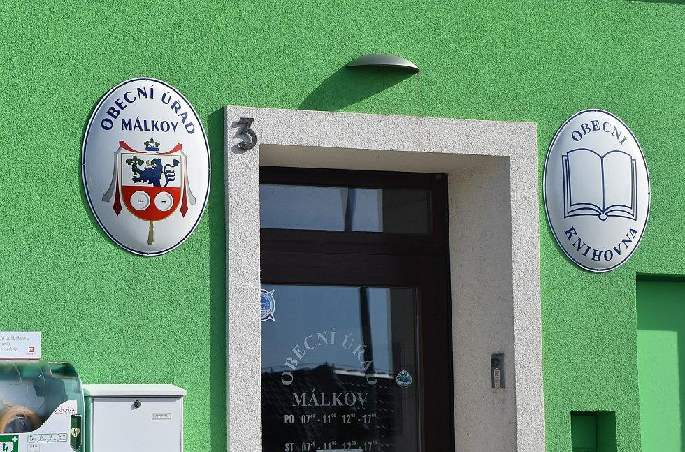 Málkovský obecní úřad stojí v místní části Zelená. Sídlí ve stejném domě jako  obecní knihovna a hostinec Na radnici.