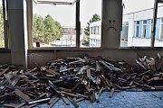 Kusy dřeva, ale také stěny nesou stopy drobných požárů.