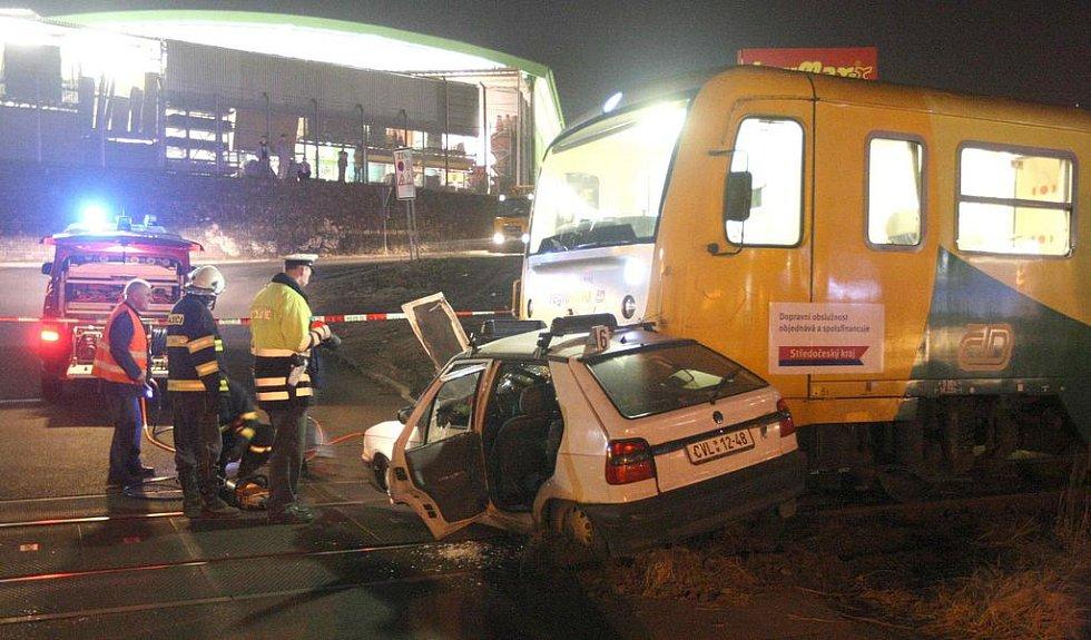 OBRAZEM: Střet Felicie s vlakem na přejezdu u chomutovského Kauflandu